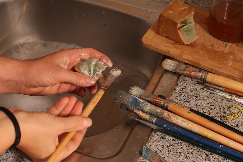 Acryl Pinsel reinigen mit Kernseife